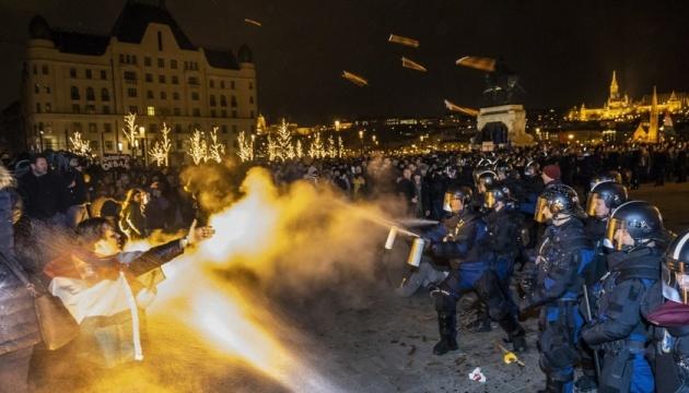 В Будапеште протесты против изменений в трудовом кодексе — полиция применила газ