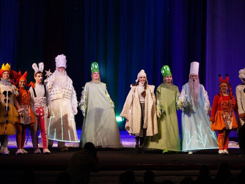 «Двенадцать месяцев» – в русском театре маленьких николаевцев порадовали новогодним спектаклем