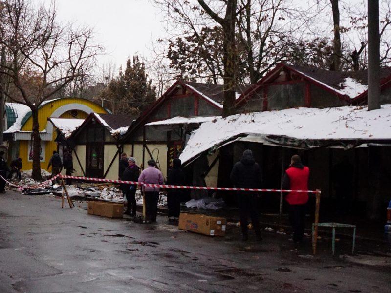 В Николаеве рабочие разбирают главный цветочный рынок на ул. Спасской