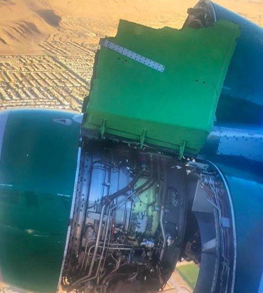 В США пассажирский самолет потерял обшивку двигателя во время полета