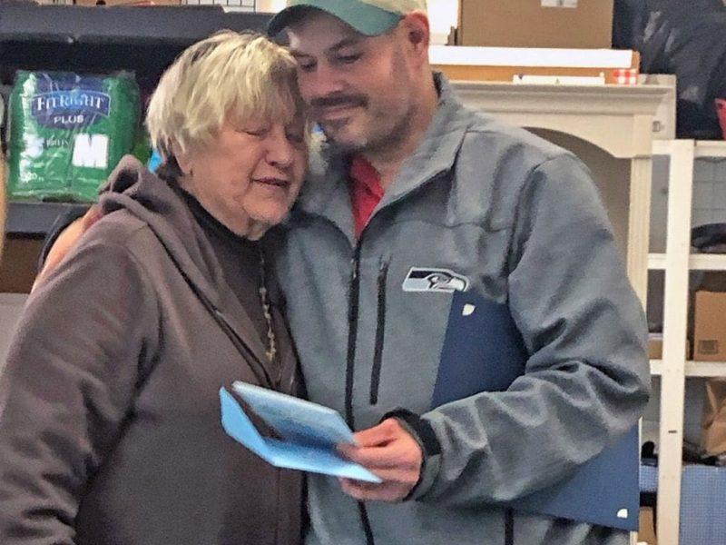 В США бездомный нашел пакет с 17 тысячами долларов и отдал их благотворительной организации