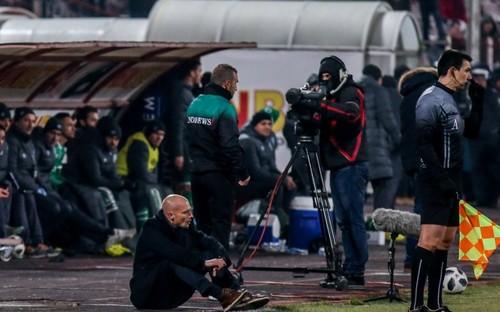 В чемпионате Болгарии тренер упал на колени, умоляя судью добавить больше времени