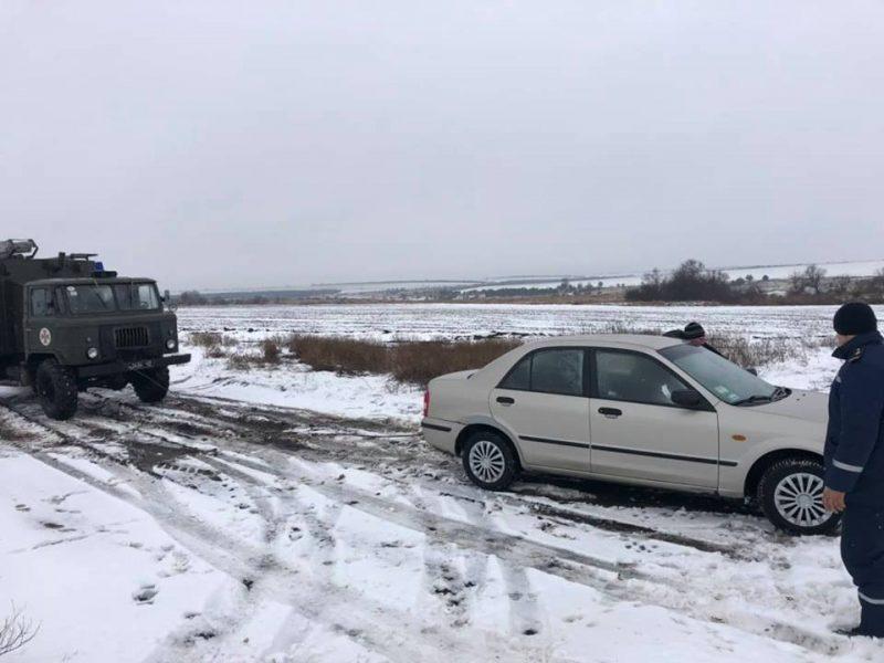 За минувшие сутки на Николаевщине спасатели вытащили из снежных заносов 5 легковушек
