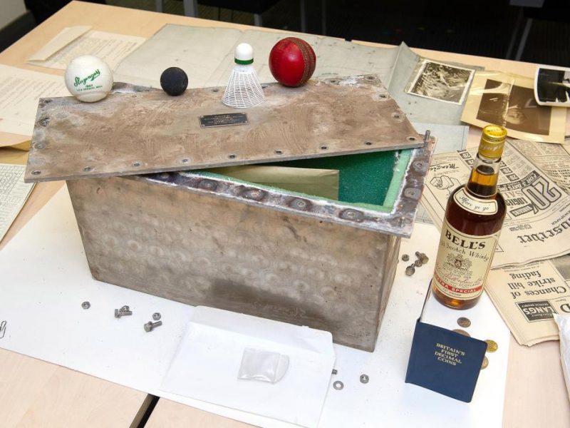 Виски и деньги: чем отличается «капсула времени», найденная в шотландском университете, от советских «капсул времени»
