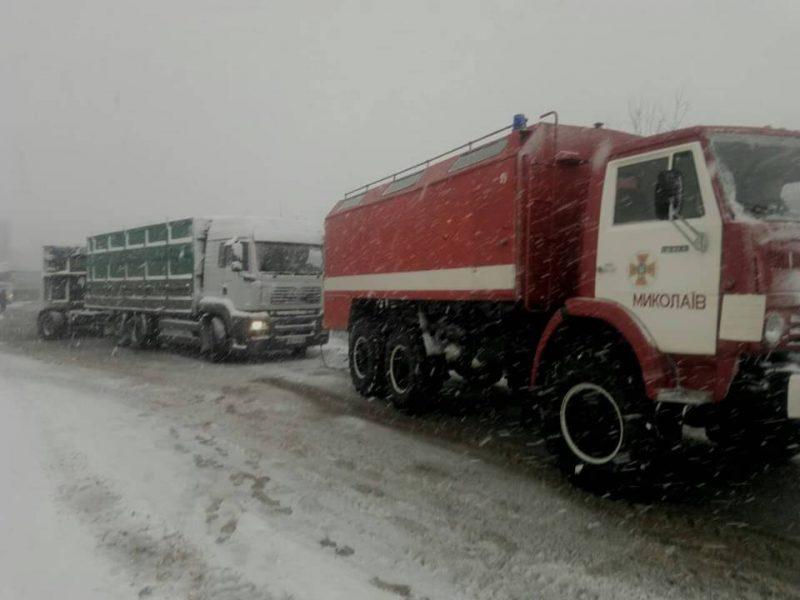 С начала дня на Николаевщине спасатели уже вытащили из снежных заносов 12 автомобилей. Сводка на 15.00