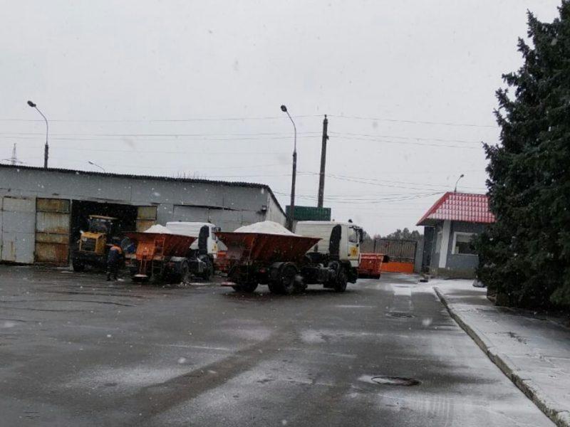 Заметает. В Николаеве техника «ЭЛУ автодорог» вышла на антигололедную обработку улиц