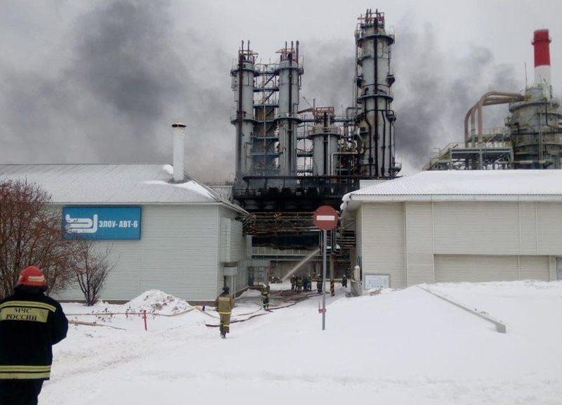 В России загорелся нефтеперерабатывающий завод