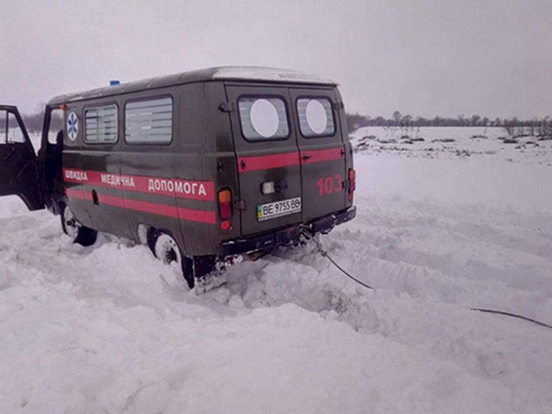 Спасатели Николаевщины за сутки из снежных заносов вытащили 8 автомобилей, в том числе – «скорую помощь»