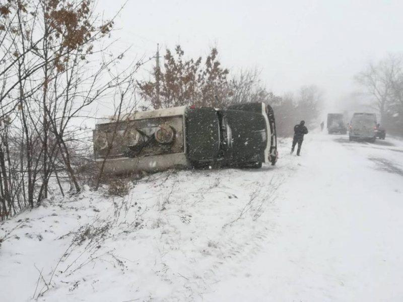 В Николаевской области из-за гололеда перевернулся бензовоз
