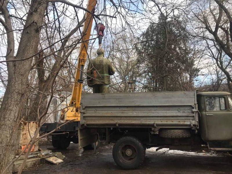В Николаеве снесли последний памятник Ленину