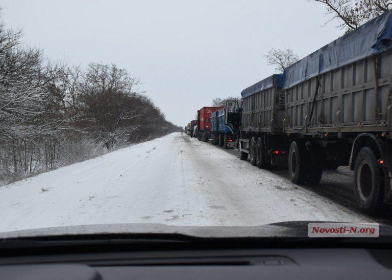 На трассе «Николаев-Днепр» из-за гололеда скопились десятки фур