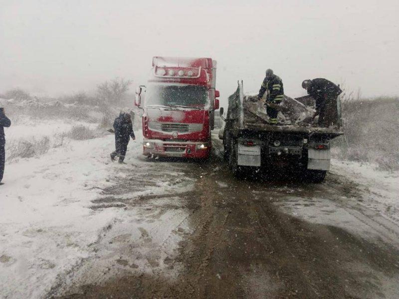 Внимание, на дорогах Николаевской области снег и гололед – 65 машин за сутки вытащили из заносов спасатели