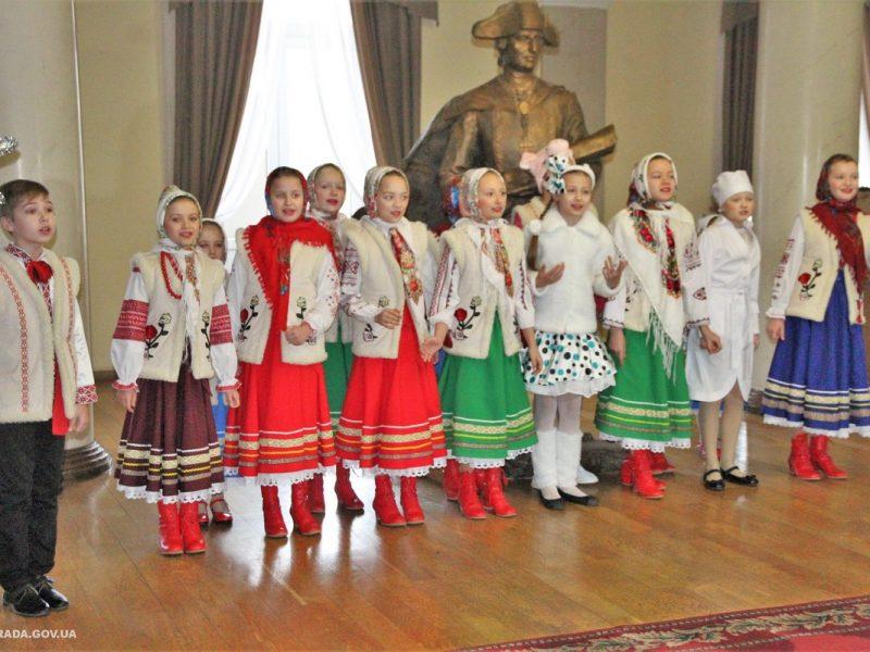 Фольклорный коллектив «Барвинок» пришел колядовать к мэру Николаева