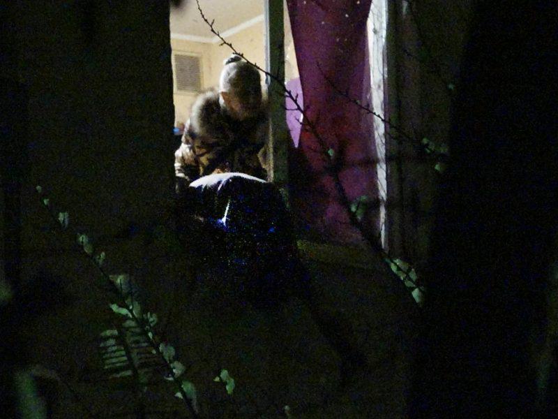 Труп в окне и лужа крови. В Мариуполе в жилом доме взорвалась граната (18+)