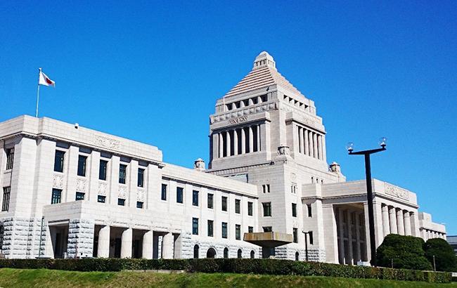 Правящая партия Японии разрешила женщинам присутствовать на важных заседаниях, но молча