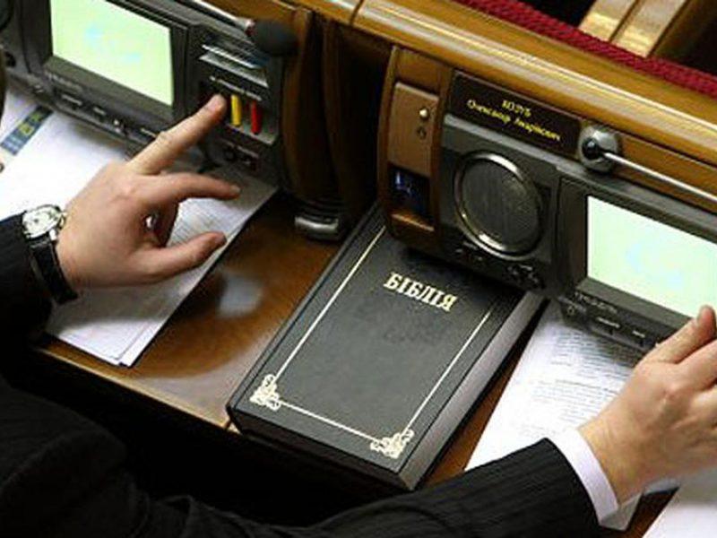 Депутат-кнопкодав угрожал журналистам, которые поймали его на горячем