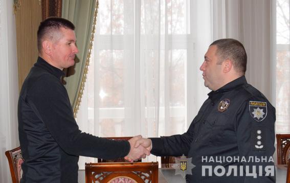 Охраннику, который помог задержать грабителя в Николаеве, подарили часы от полиции