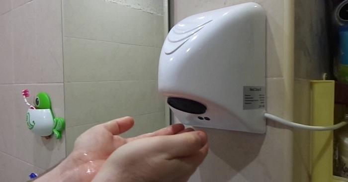 Экс-замдиректора Центра занятости признался, что брал откаты с покупки с туалетных сушилок для рук