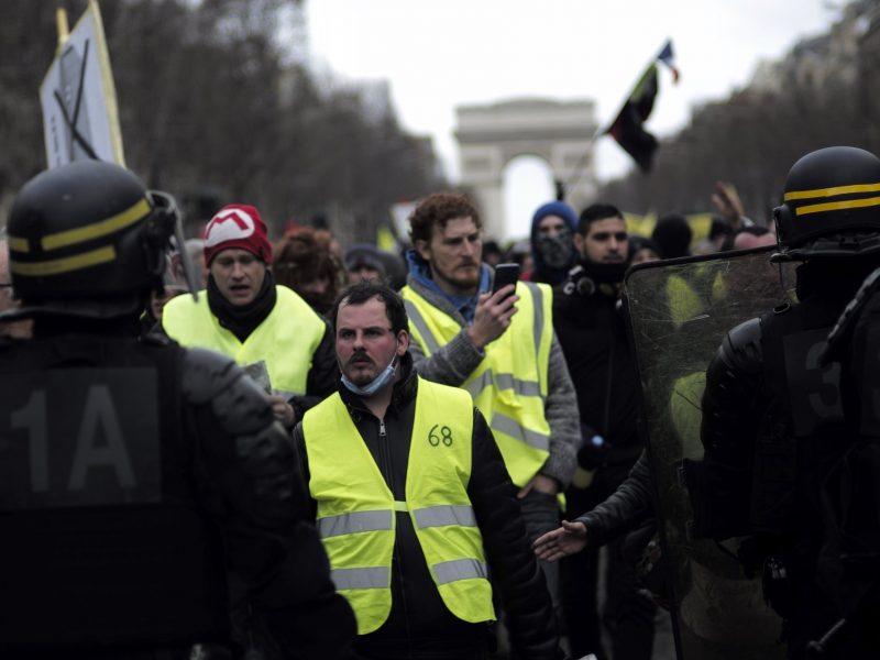 «Желтые жилеты» вернулись на улицы Парижа: полиция применила газ