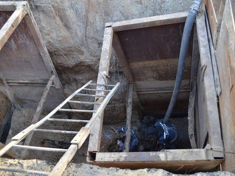 В Николаеве из-за аварии на канализационном коллекторе образовался провал глубиной 5,5 м