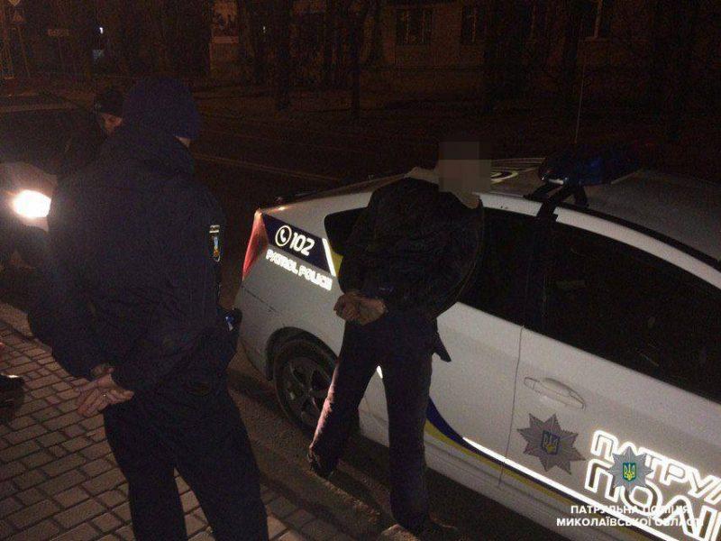 Николаевские патрульные за сутки выявили трех горожан, хранящих наркотики