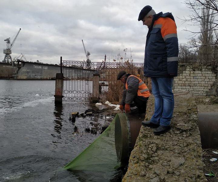 Эксперимент: в Николаеве на трубу ливневой канализации у понтонного моста поставили «улавливатель» твердого мусора
