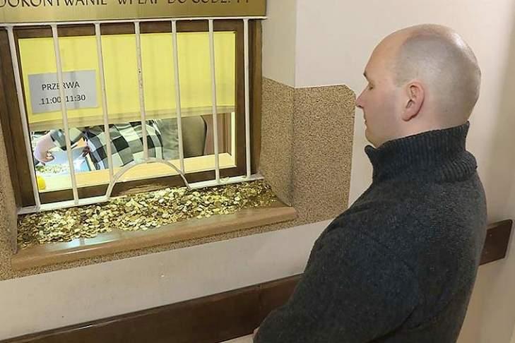 Отомстил: поляк принес в суд 30 кг монет