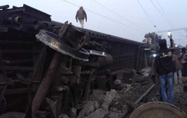 В Индии на полной скорости перевернулся пассажирский поезд