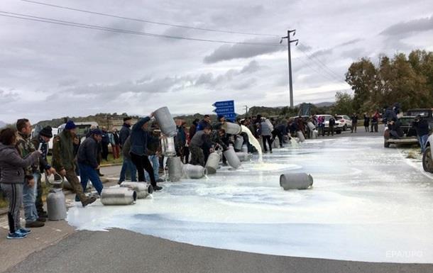 Молочные реки. В Италии фермеры поливают асфальт молоком в знак протеста