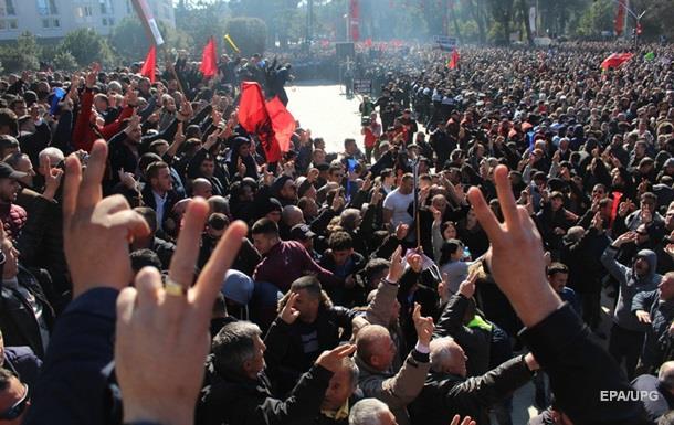В Албании тысячи людей протестуют против правительства