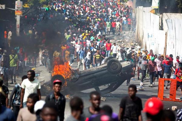 На массовых митингах в Гаити уже призывают Путина