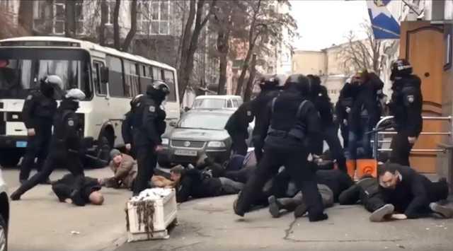 «Ложись, Бандера!»: Полицейскому, оскорбившему активиста, сообщили о подозрении