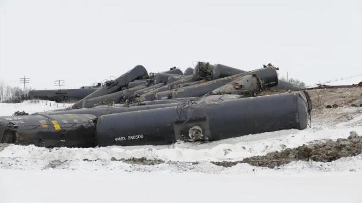 В Канаде разлив нефти – с рельсов сошел состав с цистернами