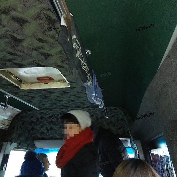 В николаевской маршрутке на поручных развесили нижнее белье – водитель уверяет, что его оставили нетрезвые «шутники»