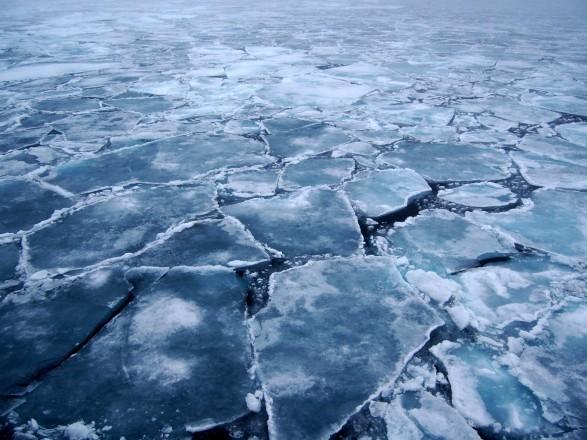 В Киеве спасли подростка, который оказался на отколотой льдине посреди воды