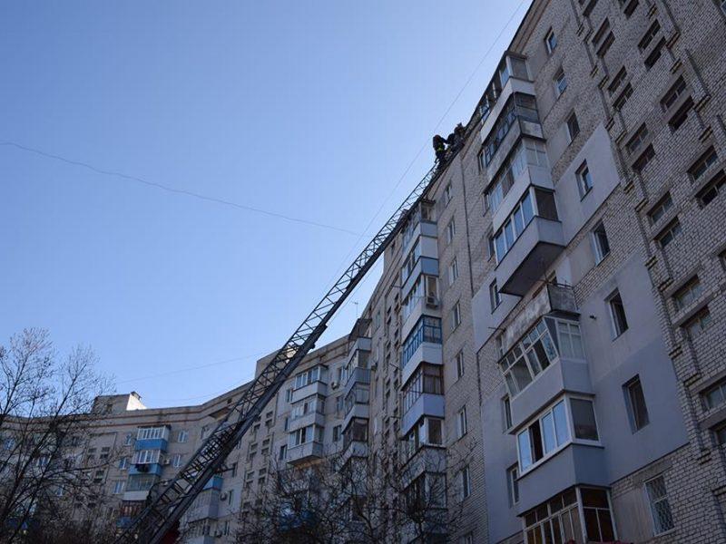 Почему в девятиэтажке Николаева загорелись сразу все электрощитовые, разберется специально созданная комиссия. Сейчас люди без электроэнергии и отопления