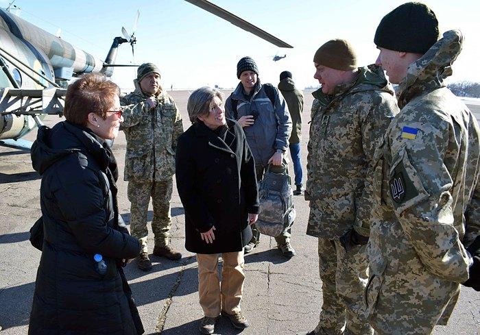 Американский сенатор Эрнс и посол США Йованович посетили Донбасс