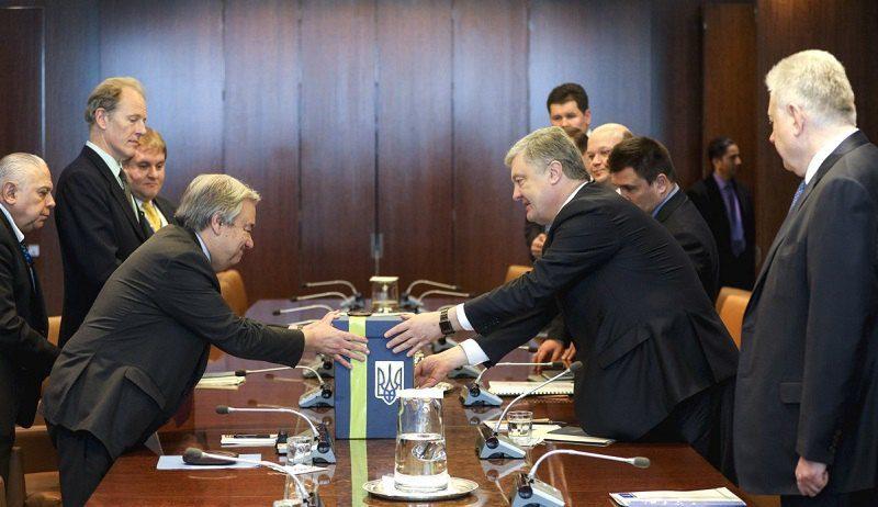Порошенко передал Генсеку ООН письма украинцев с призывом освободить военнопленных моряков
