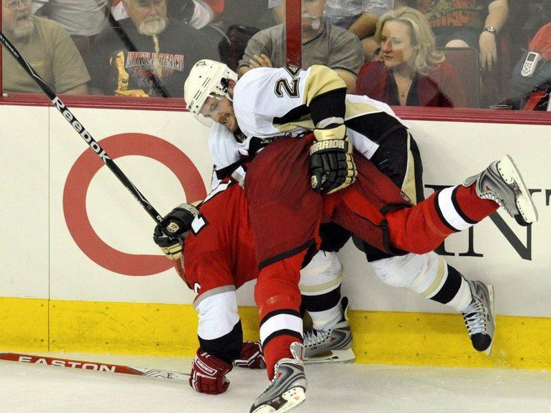 В НХЛ игрок лицом отправил шайбу в ворота соперника