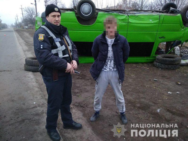 В Одесской области пьяный 20-летний парень угнал маршрутку, но врезался в электроопору и перевернулся