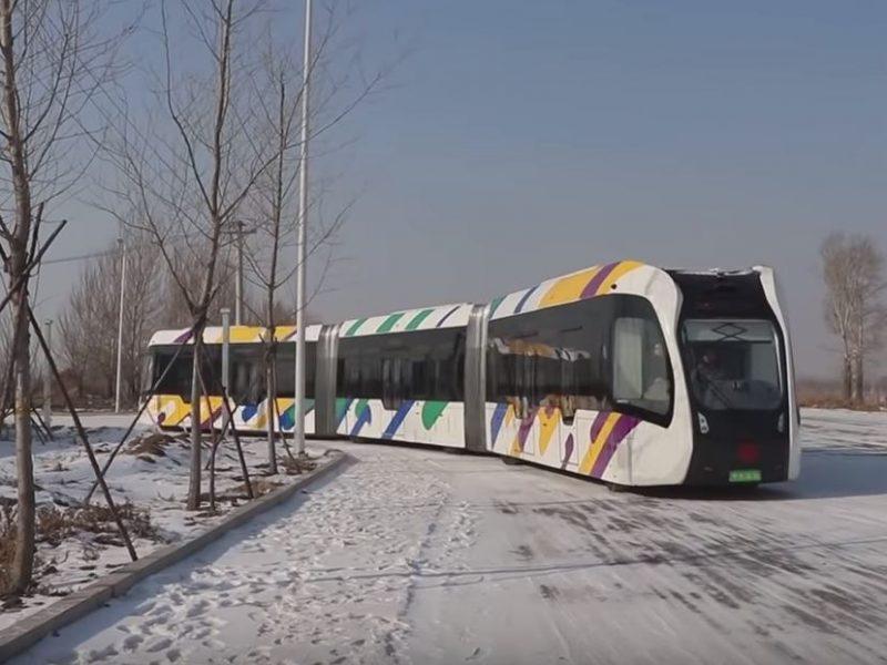 """""""Бегает"""" при -20. В Китае протестировали первый в мире безрельсовый поезд"""