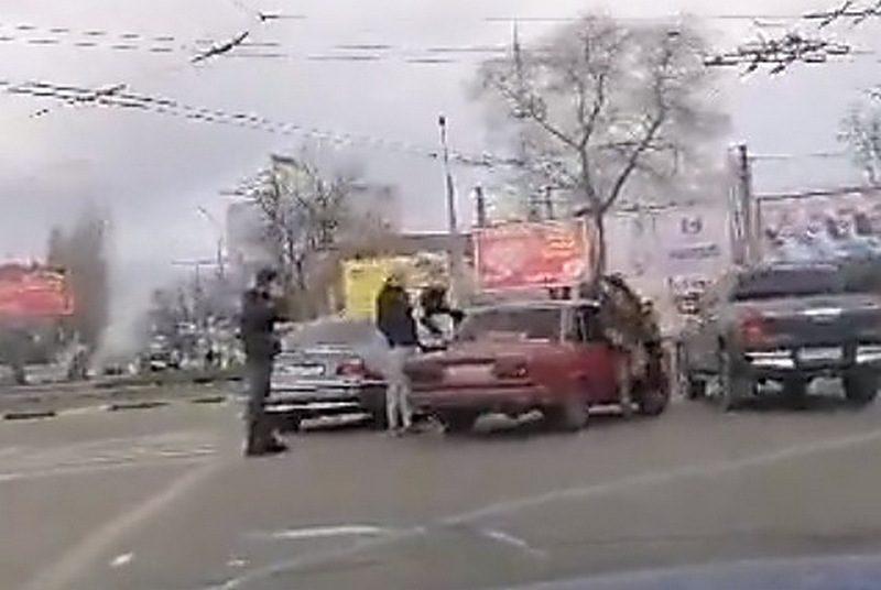На Пушкинском кольце в Николаеве произошла драка между пассажирами автомобилей «BMW» и «ВАЗ»