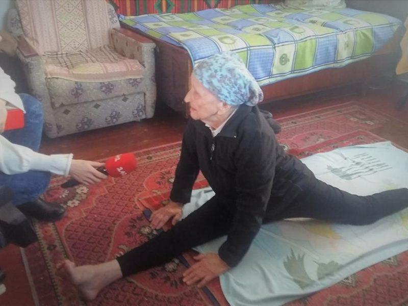 Вот это бабушка! В 93 года она садится на шпагат и говорит, что так может каждый
