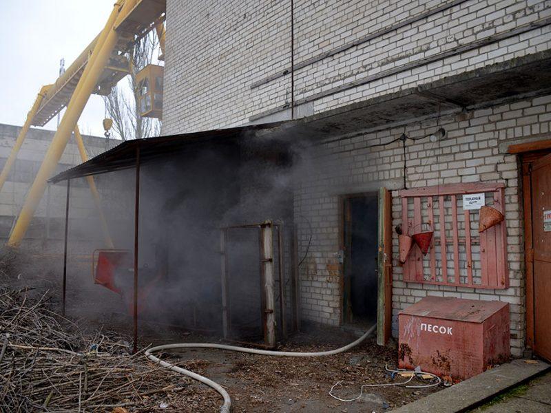 В Николаеве пожарные тушили здание ЖКП «Південь»