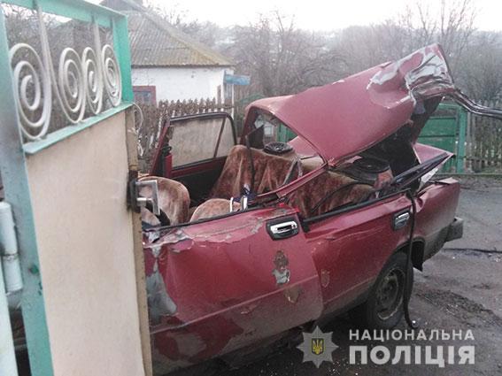 На Николаевщине водитель ВАЗа врезался в припаркованный грузовик и погиб