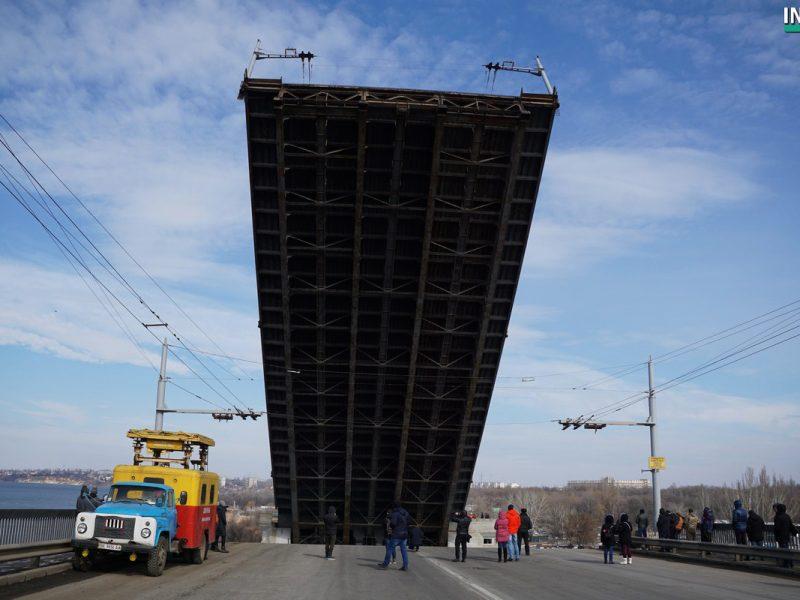 «Вам жизнь ваша дорога, или нет?»: беспечные горожане массово игнорировали предупреждения рабочих при разводке моста в Николаеве