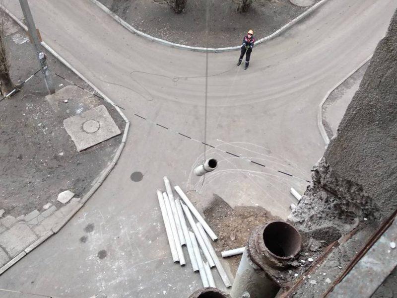 Николаевские спасатели демонтировали аварийные конструкции с многоэтажки на улице Космонавтов