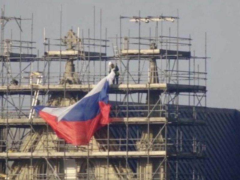 «Россияне вернулись»: на Солсберийском соборе неизвестные вывесили триколор