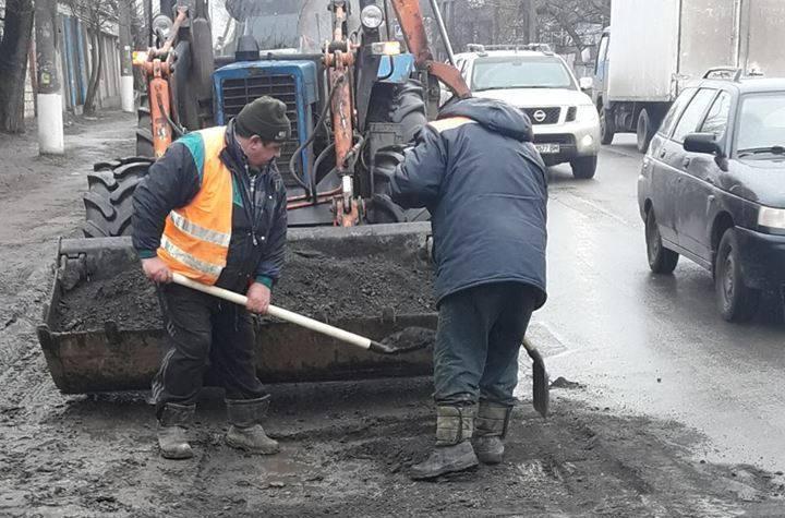 В Николаеве дорожники, пользуясь оттепелью, спешно латают дороги: перечень улиц