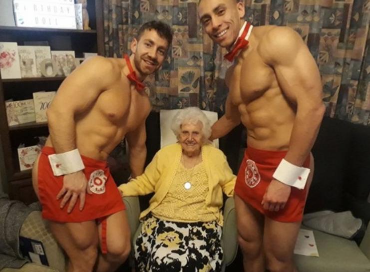 Стриптиз для бабушки: голые официанты поздравили британку со 100-летним юбилеем